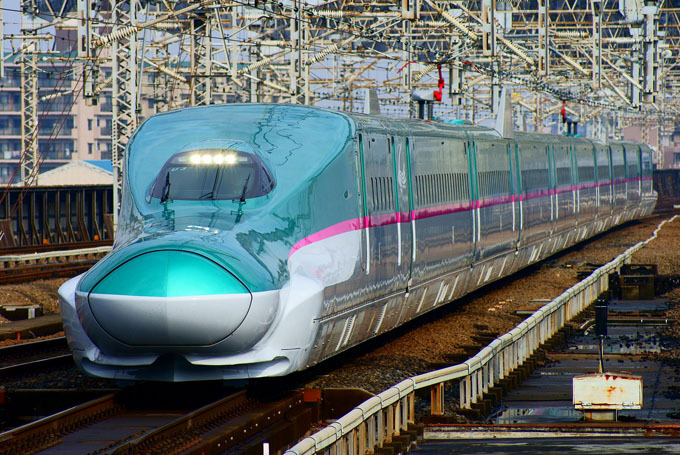 1920px-Shinkansen_(bullet_train)_:_The_Hayabusa_super_express_(Series_E5_train).JPG